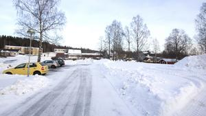 LSS-boendet ska byggas till höger om parkeringen, bakom Hemgårdens äldreboende i Skinnskatteberg, på platsen där förskolan Solrosen låg innan. Vinnaren av upphandlingen är Totalbyggen i Västerås AB.