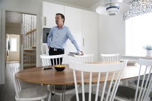 Mäklaren Joakim Folkesson säger att bolånetaket spelar in och att fler stängs ute från marknaden. Men att det fortfarande är stort tryck på bostadsmarknaden i Falun.