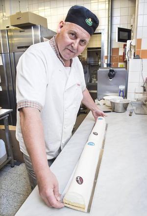Två halvmeterslånga tårtbitar sätts ihop på det här viset – och vips ligger en meter tårta där. Den 5 september kommer 175 meter jubileumstårta ligga uppdukad.