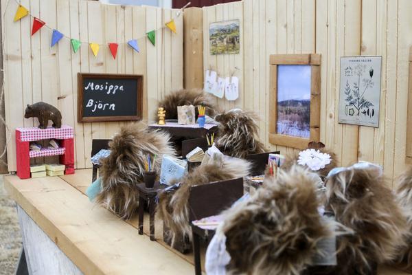 I tittskåpen som barnen är med och tillverkar ersätts lärare och elever av fjällämlar. Dels för att de är enkla att tillverka, men också för att de ger en möjlighet att prata om flora och fauna i den fjällnatur som omger Ljungdalen.