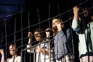 De tillfångatagna barnhemsbarnen i pjäsen accepterar inte piraternas förtryck.