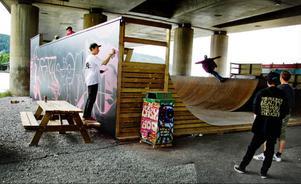 Henrik Ljusberg med kollega genomförde i lördags en stor målning på skateboardrampen under bron.Foto: Ulrika Andersson