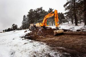 I går påbörjades arbetet med att gräva och bereda för tre villakvarter på Tallbacken, Stadsdel norr, och redan till sommaren ska de första villaägarna kunna flytta in. Foto: Håkan Luthman