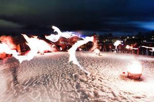Ett par hundra Östersundsbor samlades på Storsjöns is för att manifestera för släckningen. Samtidigt fick de se en eldshow.