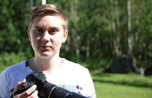 Wilhelm Jönssons första kamera var en Olympus kompaktkamera. Han köpte sedan en Canon 600D, som hans pappa nu tagit över medan han själv köpt en Canon 70D, som han är väldigt nöjd med.