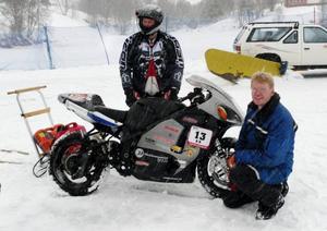 Peter Vestman från Västerås vann inte tävlingen men satte ett nytt världsrekord med 300 km/t för tvåhjuliga fordon. Per Hansson från Nälden i Jämtland (i blå jacka) har uppfunnit isdäcken som gjorde världsrekordet möjligt. Foto: Privat