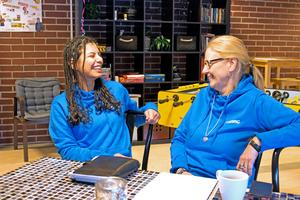 Sahar Shahidi har anställts som tolk på Unkan. Carina Sörhammar är teamledare.