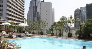 Visst kan man ha pool på sitt hotell mitt i stan. Här i Bangkok.
