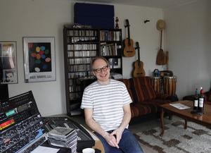 När Larry Forsberg inte är i radiostudion är han i musikstudion som han har i centrala Gävle tillsammans med låtskrivarkollegorna Sven-Inge Sjöberg och Lennart Wastesson.