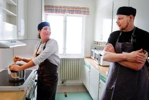 Malin Boman och Daniel Läckert från Rasten går kursen då de ska öppna gårdsbutik där de tänkt sälja äkta glass.