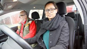 Semhar Nugusse och läraren Kjell Persson är redo för ännu en dubbellektion i Köpingstrafiken.