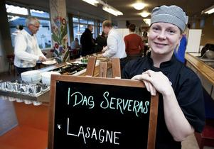 Anna Karlsson är stolt chef i skolrestaurangen på Kyrkskolan och tycker det har blivit roligare på jobbet när hon och personalen får laga mer mat.