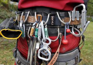Arboristerna behöver mycket utrustning för att deras jobb ska var säker uppe i träden.