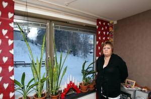 Kylslaget. Maria Lindgren bor på Nya Bruket i Sandviken. I september felanmälde hon ventilationen i lägenheten. Kalluft strömmade in genom dem och de blir täckta av is. Nu i december har hennes felanmälan fortfarande inte blivit utredd av Sandvikenhus och miljön i lägenheten blir allt mer kylslagen.