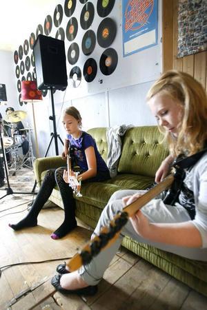 – Det roliga med musik är att man ständigt utvecklas, säger Linnea Nilsson (till höger). Hon och Mikaela Palmby spelar gitarr ihop sedan tidigare.