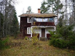 Det här fritidshuset i Bröttjärna ligger i en skogsglänta och är i behov av en omfattande renovering.