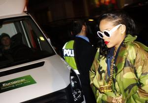 Rihanna höll publiken på halster. Stjärnan dök upp till sin konsert i Stockholm tre timmar sent.