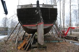 Pråmen Albert har stått på land i många år vid Skantzsjöns norra ände. Nu täcks hon med tälttak så att renoveringen kan pågå under vintern.