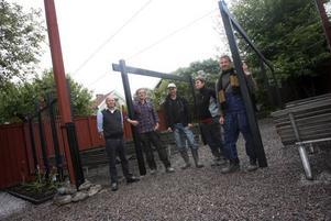 Högskoleelever har gett Joe Hill-gården en ansiktslyftning. från vänster Christer Forsberg (Joe Hill-sällskapet), Ola Green, Adrian Lagerman, Annika Hjelm och Magnus Blomkvist.