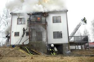 Släckningsarbetet vid villabranden i Bångbro pågick under flera timmar. Huset blev dock totalförstört.bild: annika nygren-berg