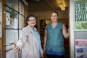 Gun Persson är ordförande i Linde livs ekonomiska förening och Birgitta Holmkvist från Enånger är anställd i byns affär.