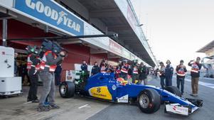 Felip Nasr ur garaget för första gången med den nya Sauberbilen.