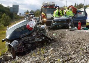 Tre personer har förts till sjukhus, efter den våldsamma olyckan på Deltavägen. Den ena bilen ska ha kommit över på fel sida, och minst två bilar kolliderade några hundra meter söder om avfarten till Midlanda.