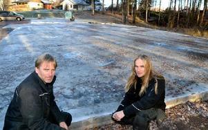 Bröderna Dan och Anders Eriksson bygger nu upp den nedbrunna bilverkstaden i Kråkberg igen. Foto: Hans Olander/DT