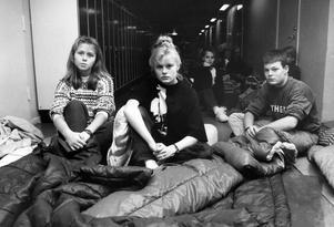 Ockupation av Fryxellska skolan. En av ockupationsledarna i mitten - Ellinor Magnusson. Här är ockupationen inne på sitt femte dygn och en del av eleverna har sovit tre nätter i sina sovsäckar.Fotot togs 1990 11 12.