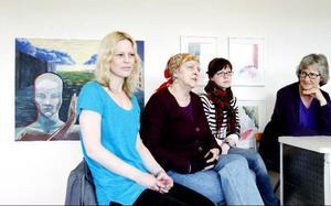 Tone Hultman, Majrit Westh, Eva Magnusson, Lena Jonsson och fem konstnärer till ställe ut på Härke konstcentrum. I bakgrunden till vänster syns Evas akrylmålning