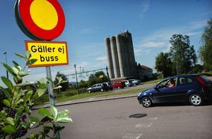 Tydlig skylt. Trafikledaren Henrik Wiktorsson vill sänka skylten vid infarten så att den inte går att missa. Foto:Mikaela Larm