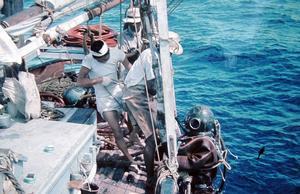 Kent Sjögren i tungdykardräkt på väg ned mot havets botten.