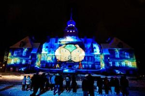 Rådhuset lever! Plötsligt får huset armar och kramar en snöboll med gigantiska Lovikavantar.  Foto: Ulrika Andersson