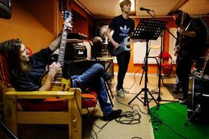 """Alexander Grigoriadis och Viktor Olofsson bidrar till musiken i """"Johnny be good"""" som hörs från replokalen på Vittra gymnasieskola.  Foto: Ulrika Andersson"""
