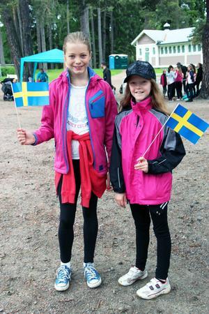 Hedvig Ström och Tiolina Wieser viftade med flaggor i väntan på sitt dansuppträdande.