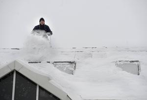 Snöskottarna skottar först av toppen av taket för att det inte ska rasa in.