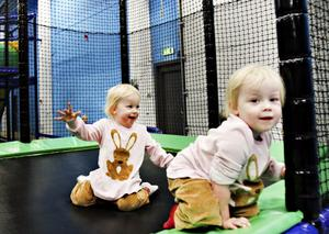 ÖSER PÅ! Tvååriga tvillingarna Emmelina och Nellie Sundkvist ser ut att gilla det nya leklandet.
