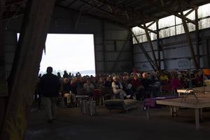 Omkring 200 personer kom för att se föreställningen.