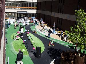 På en av sjukhusets innergårdar har nu en lekplats tagit form. Tanken är att det ska bli en fristad för barnen där de kan tänka på något annat än bara sjukhusvistelsen.