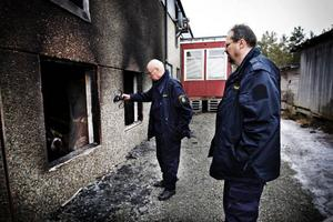 """Polisens tekniker Per Handspik och Bo Andersson undersökte branden i Lugnvik. """"Det finns inget som tyder på att branden varit anlagd"""", säger Per Handspik."""