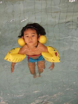 Lille Ryan älskar att bada! Ibland känns det bra med både