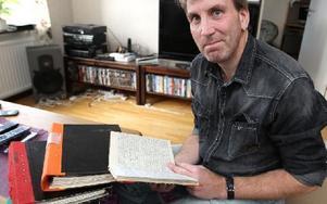 – Jag är den enda i Sverige som har alla papper om mitt ärende.Robin Thysell bläddrar i sin dagbok från de svåra åren i fosterhemmet. Foto: Curt Kvicker