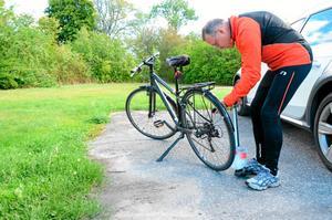 Förbereder cykelloppet. Pumpa luft i däcken är viktigt. Per Jacobson är en trogen deltagare i motionscykelloppet Ödebytrampet. Han har bara missat ett lopp.