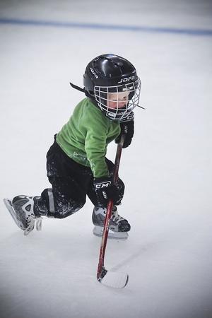 Hugo Müller, 3, har fostrats på isen av sina tre äldre syskon. Det syns på de redan säkra skären.