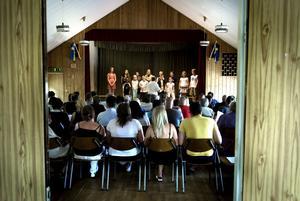 """""""Nu går vår skola i himlen in"""" sjöng eleverna på avslutningen vid Lumshedens skola. Kanske den sista för den 102 år gamla skolan. Kommunfullmäktige avgör om en vecka."""