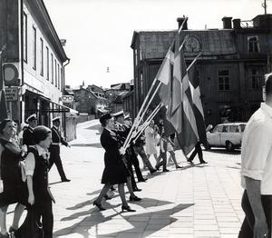Svenska flaggans dag 1970. Nu är vyn upp mot vlt-huset annorlunda.