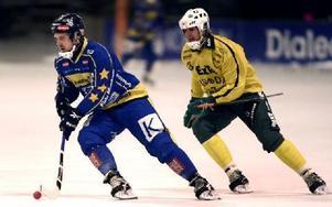 STARK INSATS. Faluns lån från Edsbyn, Micke Jernberg, svarade för en stark insats med bland annat ett mål och en genial framspelning till Fredrik Wennerbloms 3--0.FOTO: TOMAS NYBERG