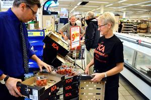 Lena Johansson var med när Ica Punkten öppnade och tycker det känns vemodigt att slå igen, samtidigt som hon ser fram emot att få jobba i butikschef Stefan Perssons nya butik senare i höst.