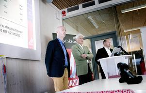Nöjd trio. Kommunalrådet Jonny Gahnshag, VM-generalen Sven von Holst och Niklas Carlsson, Svenska skidförbundets direktör, var nöjda och glada över att kunna meddela att VM-bolagets vinst blir 42 miljoner kronor.