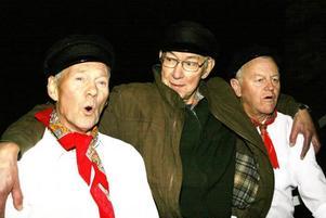 TAUBE I REPRIS. Ingvar Persson och hans ensemble med bland annat Kalle Hedin, med smeknamnet Rönnerdahl, och Bernt Sandin som bland annat spelar Fritiof Andersson, sätter upp Taube i Gammelstilla även i år. Biljetterna är redan nu nästan slutsålda.